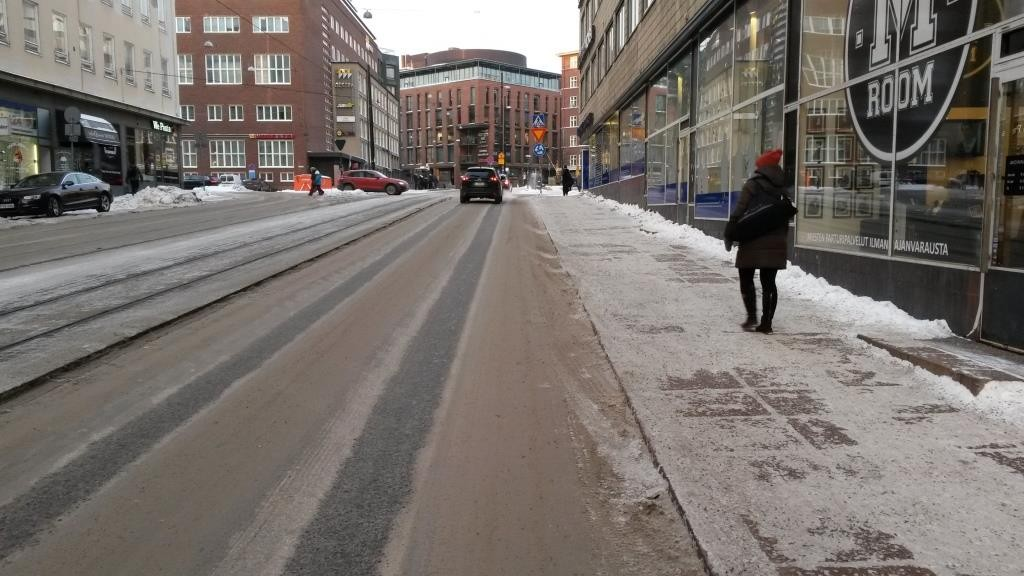 Autoilijat ovat sisäistäneet Malminrinteen pyöräkaistojen olemassaolon vaikka niitä ei lumen alta näy. Moottoriajoneuvot ovat tietoisesti valinneet ajopaikaksi vasemman reunan.
