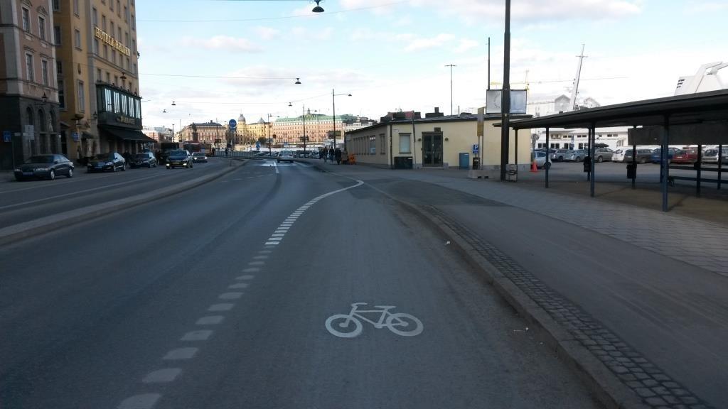 Skeppsbrolla vähän uutta tiemerkintää, jottei epäselvyyksiä ilmene. Kaikellä näillä viestitään muutoksista myös autoilijoita. Tukholmalaista arkea.