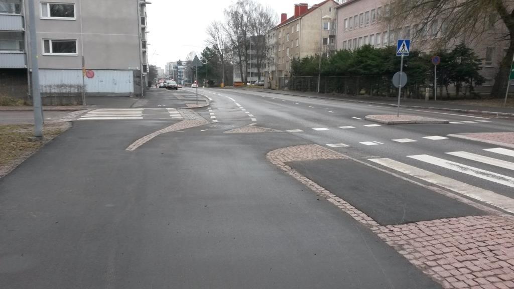 Lauttasaarentien ja Ruukinlahdentien risteys 17.4.2016. Miten tässä kuuluu pyöräillä?