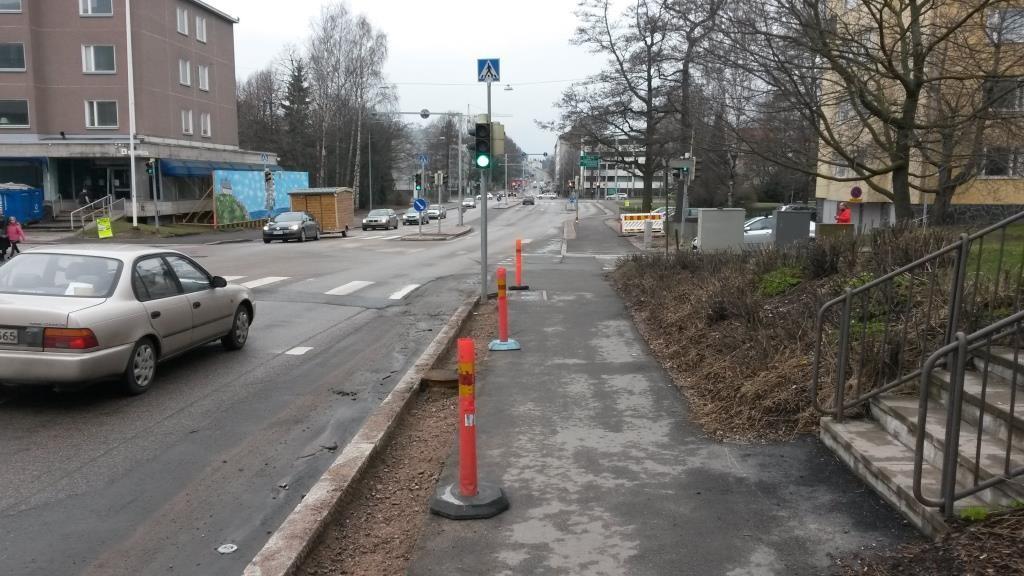 Kuvassa yhdistetty pyörätie ja jalkakäytävä. Suunnittelija on parhaaksi vaihtoehdoksi siirtänyt pyöräilijät pois autojen tieltä. Turvallisista matkaa. Kuvattu 17.4.2016.
