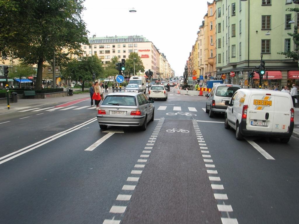 Hornsgatanin remontti Tukholmassa loppukesästä 2011. Sitä mukaa kun tulee valmista, tulee myös lopulliset tiemerkinnät. Luulisi että tämä olisi pakko myös Helsingissä.
