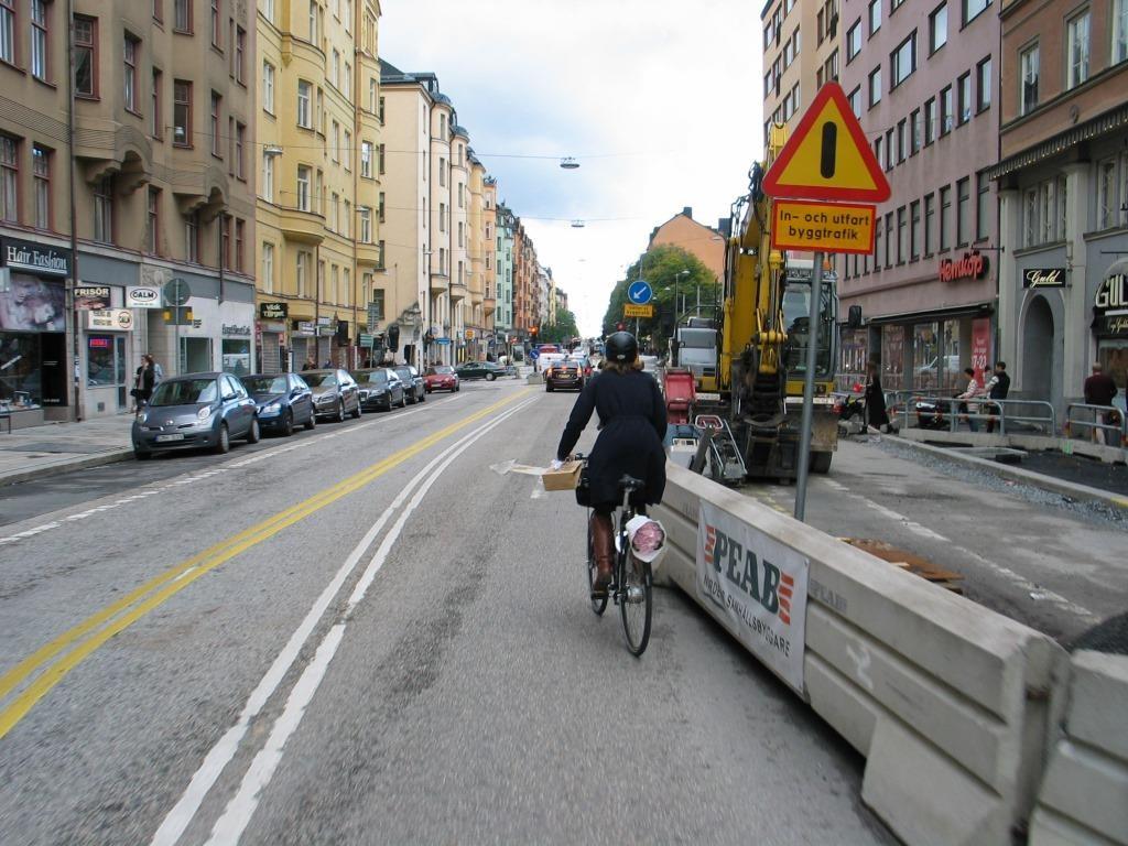 Työmaa liikkuu, mutta myös viivat liikkuvat. Lisäksi pyöräilyn paikka oli lähes kaksivuotisen työmaan aikana vain sekaliikenteessä. Kuva samaiselta Hornsgatanilta.
