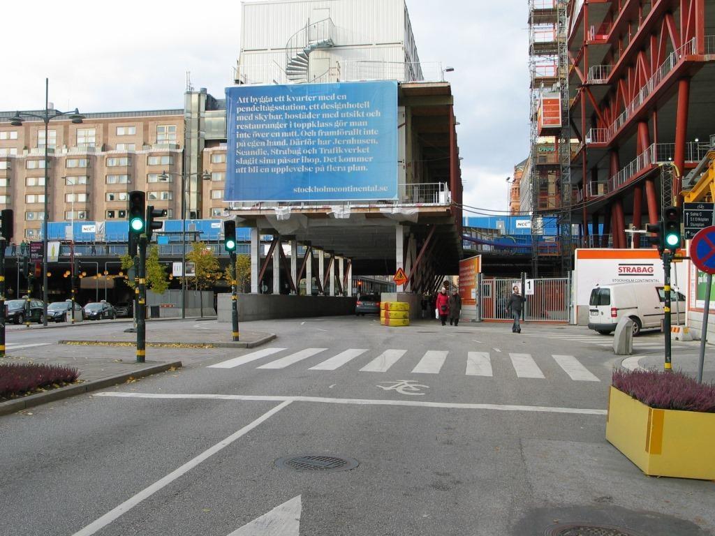 Vaan näin. Pyöräilyä ei ohjata jalankululle varattuun kadun osaan, vaan sen paikka on sekaliikenteessä.