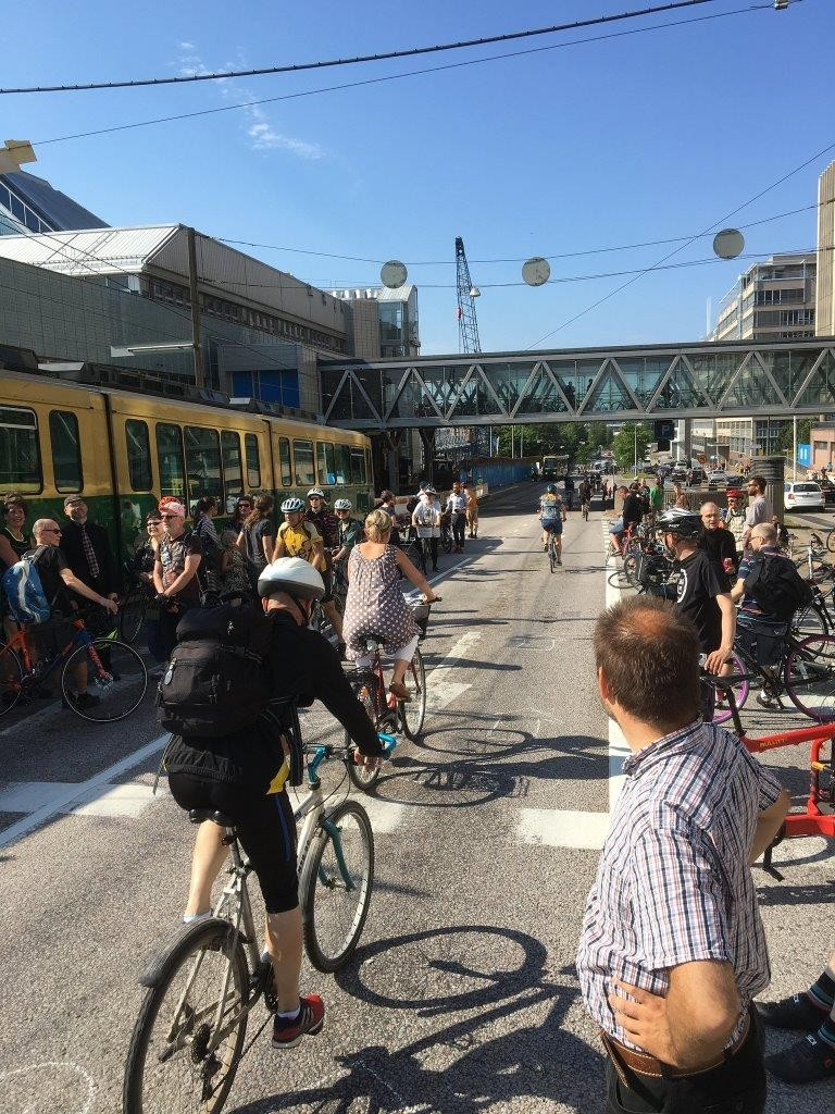 Julkinen liikenne, kävely ja pyöräily. Aidoilla ja selkeillä tiemerkinnöillä tämä olisi ehdottomasti helpoin, sujuvin ja turvallisin tapa. Tämä tapa noudattaisi myös kaupungin määrittelemiä strategisia tavoitteita kestävän ja vähän tilaa vievän liikenteen priorisoinnissa.