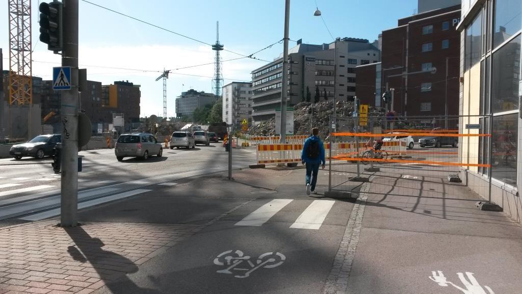 Yksityisautoille suorin mahdollinen reitti, kävelijät ja pyöräilijät pakkokierrokselle. Tämäkö oli kaupungin prioriteettien järjestys?