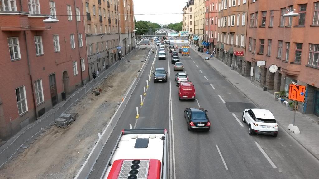 Tukholmassa Långholmsgatanilla käynnissä oleva työmaa. Pyöräilijöille yksikaistaisilla osuuksilla tolpilla rajattu pyöräkaista. Busseja on priorisoitu omien bussikaistojen päihin laitetuilla vetoketju -liikennemerkeillä. Katutyöt kaventavat aina tilaa, mutta laadukkaalla suunnittelulla kapeakin tila osataan jakaa priorisointia kunnioittaen.
