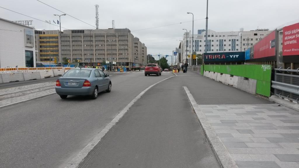 Laadukas kolmitaso pyörätie pitää lopettaa, sillä muuten autoille ei mahdu kolmea ryhmityskaistaa. Kenellekään ei tullut mieleen ajoradalle laskeutuva risteykseen (pyörätaskuun) saakka jatkuva pyöräkaista.