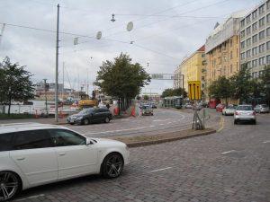 Hietalahdenrannan kavennetut ajokaistat ja tilapäiset pyöräkaistat vuonna 2011. Bulevardilta oli järkevä ohjaus kuvan suuntaan ja Ruoholahdesta päin tulevat olivat automaattisesti oikealla puolelle katua. Turvallisuus hoitui alennetulla ajoradan nopeusrajoituksella. Laadukkaat ratkaisut ovat yksinkertaisia. Liikenteen tilajakoa helpottaa sovittu priorisointi.