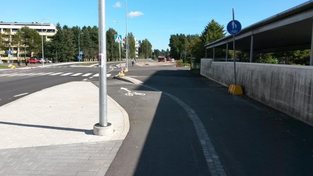 Vanhat liikennemerkit sekoittamassa pyöräilyä. Tai oikeastaan tämä tarkoittaa sitä, että tässä on sekä pyöräkaista että yhdistetty pyörätie ja jalkakäytävä.