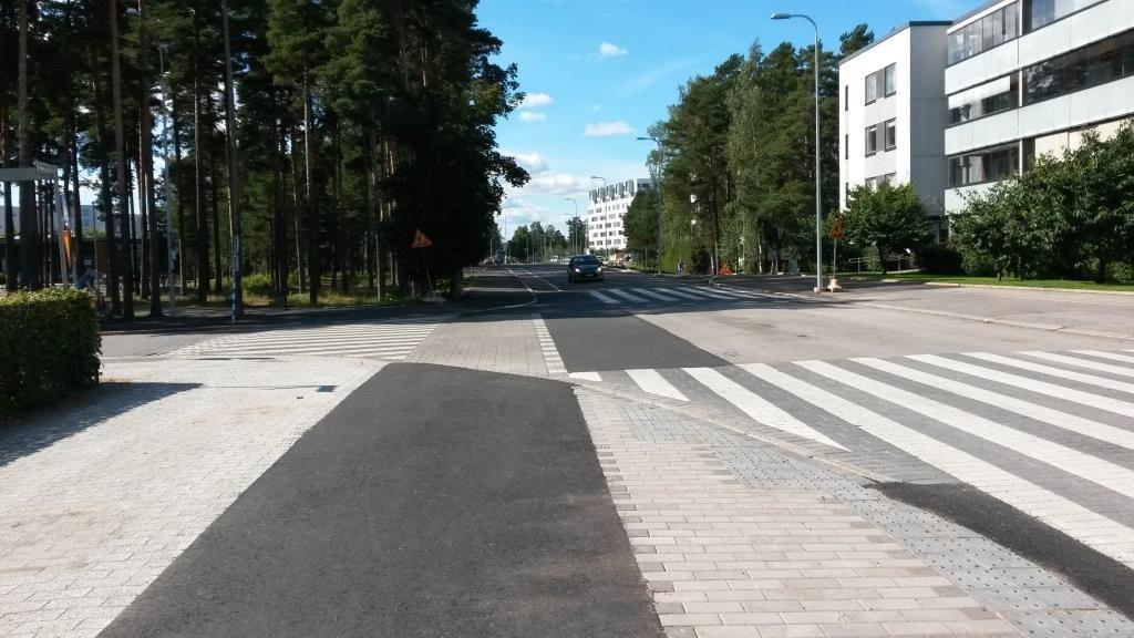 Vanha kaksisuuntainen muuttuu vastasuuntaan tulevaksi yksisuuntaiseksi pyöräkaistaksi. Lyhyen seurannan aikana kukaan pyöräilijöistä ei osannut ylittää katua jatkaakseen kadun toisella puolella olevalla pyöräkaistalla matkaa. Vastuulliset voisivat hetken miettiä, oliko vanhan osuuden jättäminen kaksisuuntaiseksi järkevää.
