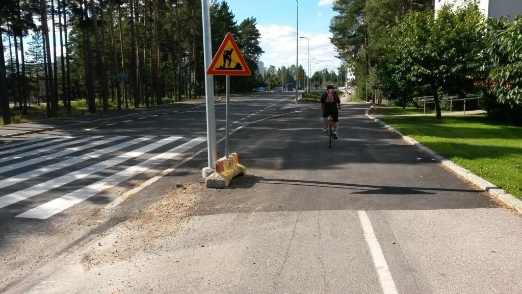 Vanha pyörätie johtaa jalkakäytävälle. Uudelle pyöräkaistalle pääseminen on tehty tahallaan vaikeaksi, koska suunnittelualueen raja.