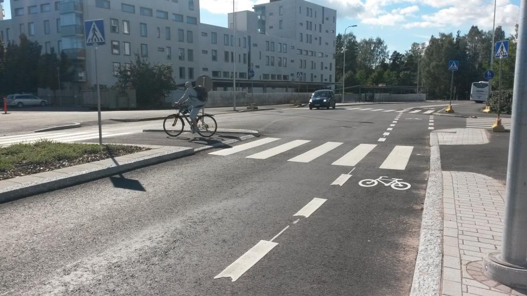 Ulappasaarentieltä voi tulla yksinkertaisesti ajorataa pitkin - kuin autot - Vuosaarentielle, missä ajopaikaksi ottaa pyöräkaistan, tai sitten kuin jalankulkija pyörää ajaen, missä ylitykset tehdään suojateiden kautta kulmikkaasti vähän kaikkea väistellen lopulta päätyen jalkakäytävälle. Jotta oikein ajaminen voisi olla mahdollista, siihen tarvitaan tiedotusta, tiedotusta ja tiedotusta. Itä-Helsingin ensiimmäinen pyöräkaista on vielä kummajainen.