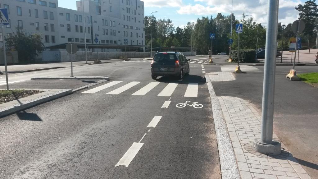 Autoille on jätetty mahdollisuus pyöräkaistalle ryhmittymiseen oikealle kääntymistä varten. Kuvan auto ei tätä tapaa halunnut käyttää.