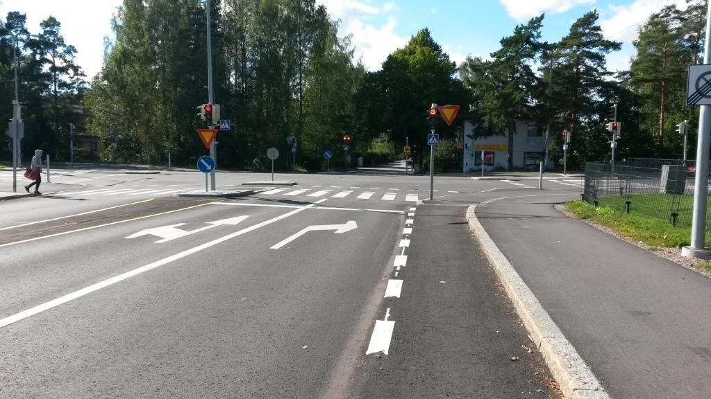 Liikenteen ohjaussuunnitelmassa tähän kohtaan on merkitty sulkuviiva. Mutta miksi pyörätaskujen piirtämistä arastellaan? Tässäkin paikassa se olisi sujuvoittanut pyöräilyä, eli vaihtoehtoja olisi ollut kaksi, taskusta suoraan ja vasemmalle, tai pyörätien jatkeen kautta suoraan tai vasemmalle.