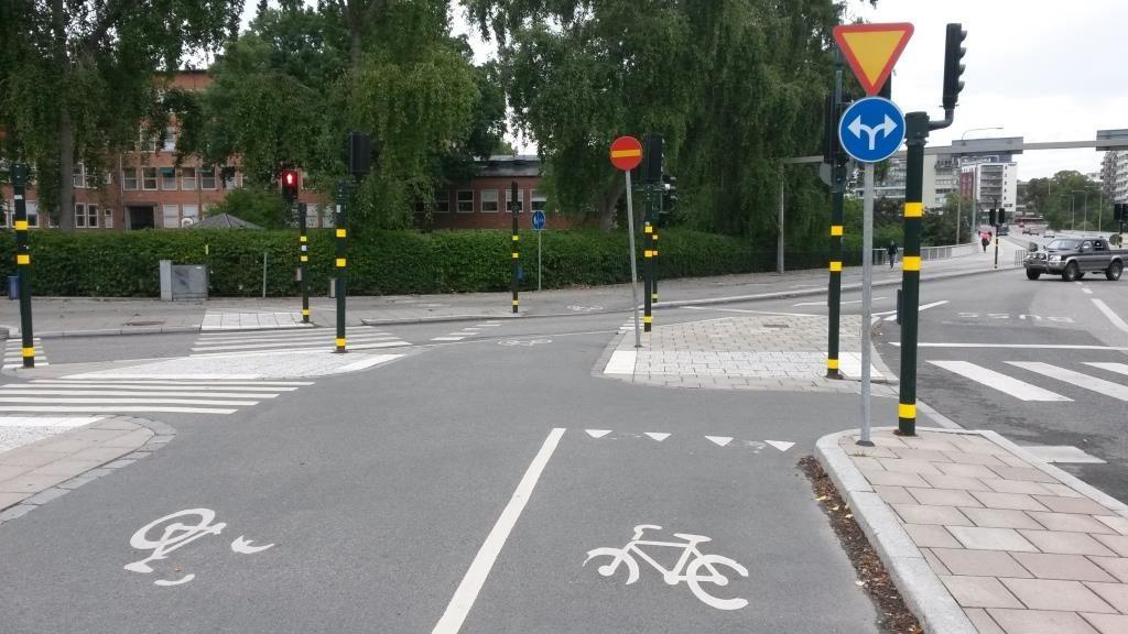 Uudistettu keskisaareke Tukholmasta. Pyöräilysuunnat ja väistämisjärjestys ilmenee asennetuista merkeistä. Pyöräilyn pitää olla yksinkertaista ja helppoa ensimmäisestä kerrasta lähtien.