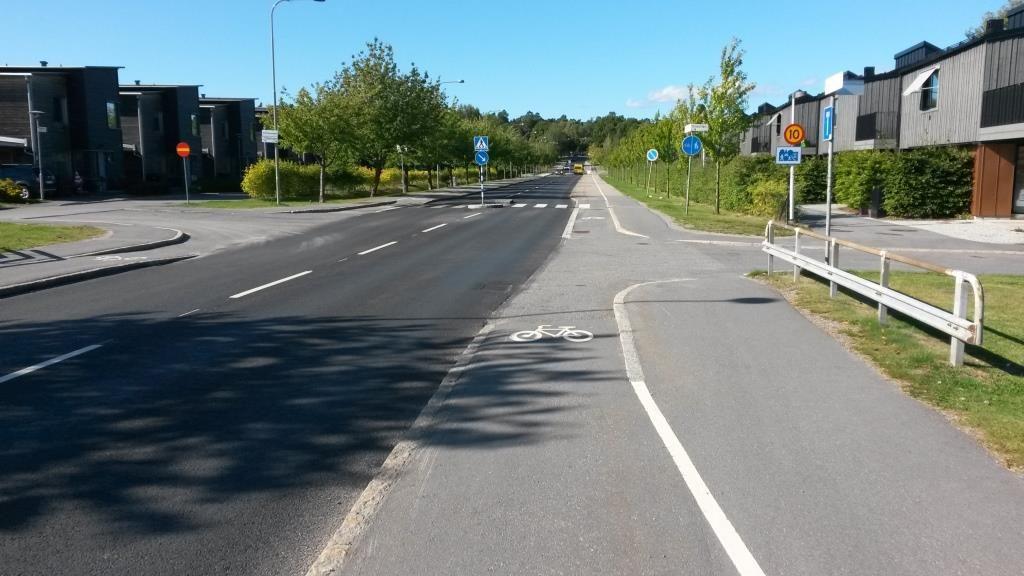 Yksisuuntaisen pyöräilyn risteysjärjestelyt kadun molemmin puolin Tukholman esikaupungista (Gamla Tyresövägen). Samanlaiset järjestelyt sopisivat tukemaan yksisuuntaisuutta Valkopaadentien ja Punakiventien risteyksissä.