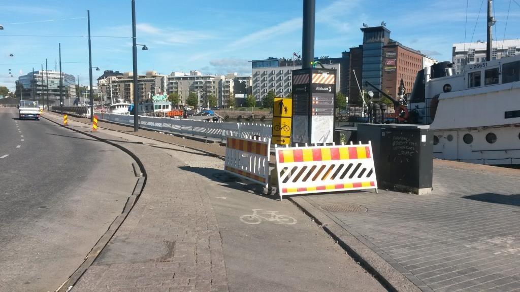 Pyörien oma tie odottaa edelleen asfalttia. Työt ovat seisseet tuossa jo monta viikkoa. Voi kun joskus autot ajaisivat soralla ja pyörillä olisi valmis asfaltoitu väylä.