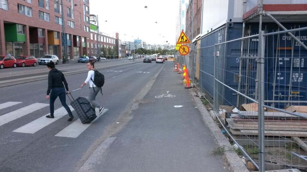 Helsinkin kaupungin kulkumuotojen ykkönen: jalankulkija, pakkosiirretään ensimmäiseksi pois autoliikenteen sujuvuuden takia