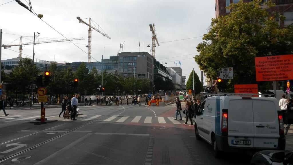 Liikennettä sopeutettu, jotta sekaliikenteessä pyöräily on turvallista. Myös tilanpuute pakottaa sopeuttamiselle. Hamngatan, Tukholma.