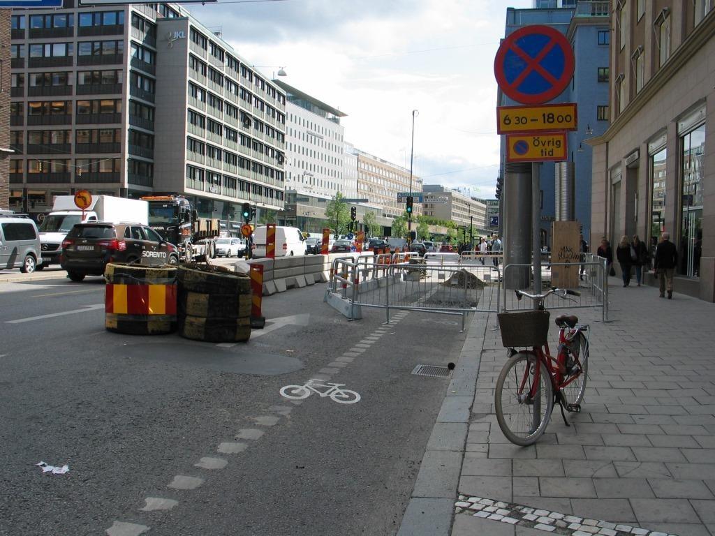 Tukholmassa siirretään aidoilla autoilua, jotta pyöräilyn olosuhteet turvautuvat. Sveavägenillä pyöräily on eriytetty muusta liikenteestä.