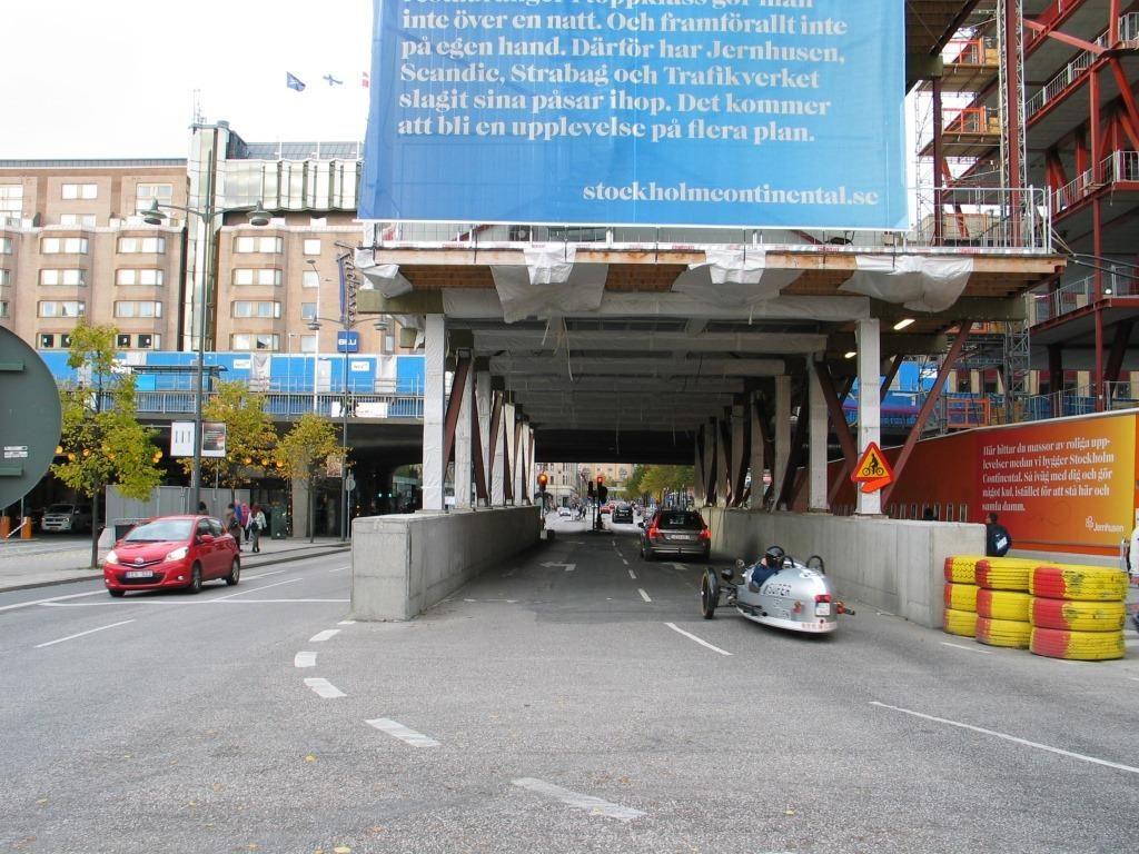 Myös täällä kolmannen kerran rakennettava Scandic-hotellin työmaalla liikenne on sopuetettu pyöräilylle. Googlessa sama kohta, minka kuvausauto on ohittanut kahdeksan kertaa. https://www.google.fi/maps/@59.3305622,18.0594546,3a,75y,346h,70.61t/data=!3m7!1e1!3m5!1snxMPYCH56BYHS_shQdlPjQ!2e0!5s20160501T000000!7i13312!8i6656