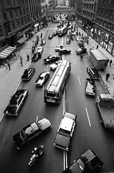 Ruotsissa siirryttiin oikeanpuoleiseen liikenteeseen vuonna 1967. Siellä onneksi ymmärrettiin siirtyminen suorittaa onneksi kokonaisuutena.