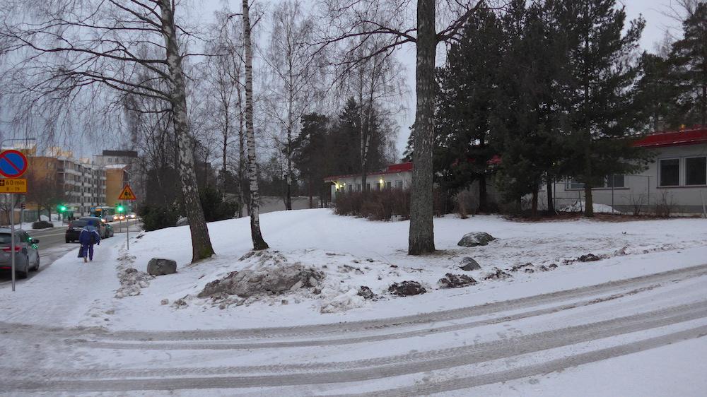 Päiväkodin edustan puistokaistaleelle on suunniteltu parkkipaikka.